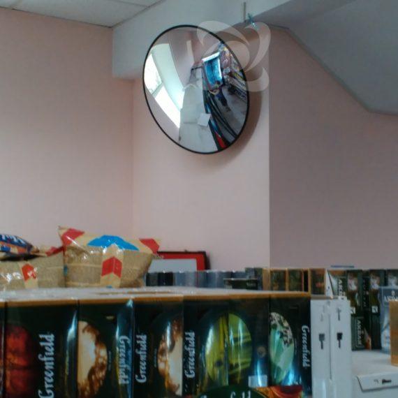 Отражение в антикражном обзорном зеркале в супермаркете