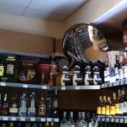 обзорное выпуклое зеркало в магазине алкогольных напитков
