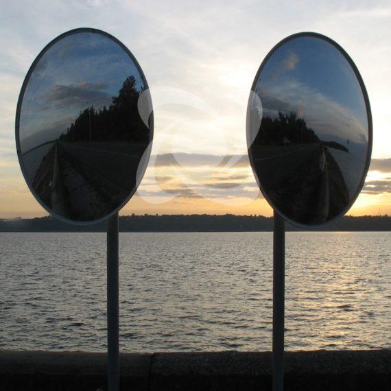 Два дорожных зеркала без козырька на Т-образном перекрестке