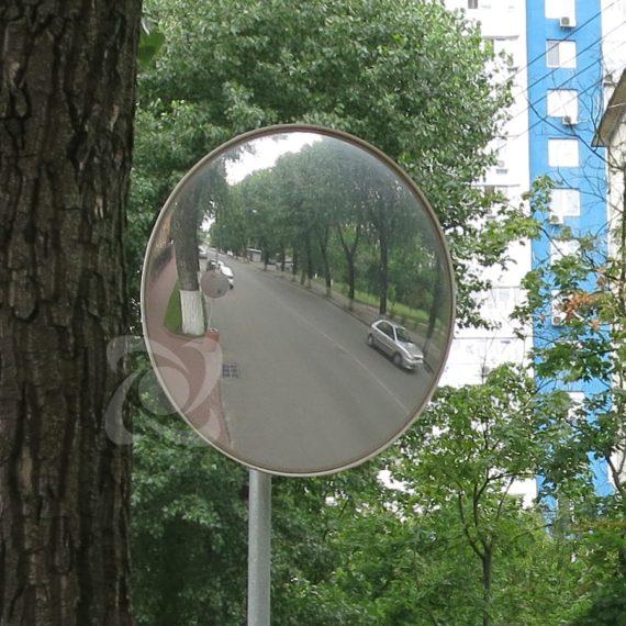 Обзорное зеркало наблюдения при выезде со двора в Киеве