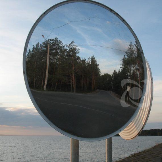 два дорожных зеркала на Т-образном перекрестке