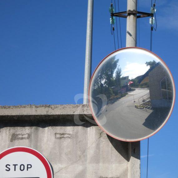 Обзор в сферическое зеркало наблюдения на пропускном пункте