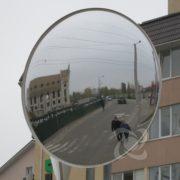 кругле дорожне дзеркало на перетині доріг